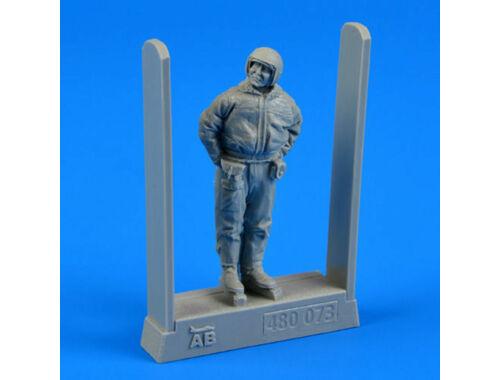 Aerobonus Soviet air force fighter pilot-winter su 1:48 (480.073)