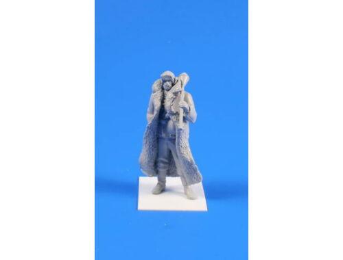 CMK Wermacht soldier 1944(Winter dress,long coat) 1:35 (F35238)