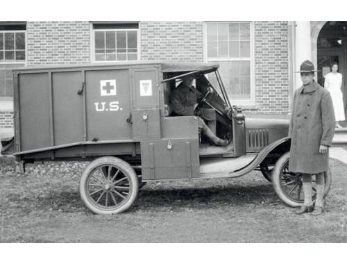 ICM Model T 1917 Ambulance with US Medical Personnel 1:35 (35662)