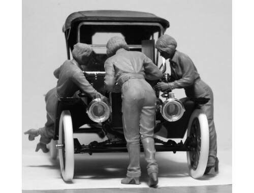 ICM Model T 1911 Touring with American Mechanics 1:24 (24010)