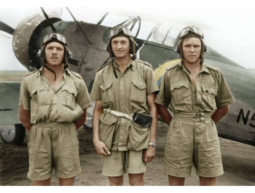 ICM Gloster Gladiator Mk.I with British Pilots in Tropical Uniform 1:32 (32043)
